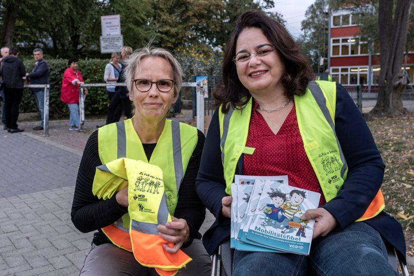Zu Fuß zur Schule - eine Aktion an der Grundschule Pantringshof - Stadträtin Gudrun Thierhoff und Schulleiterin Elif Roßmannek.