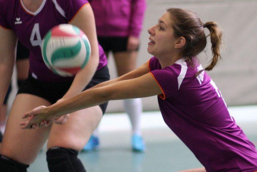 Landesliga-Volleyballdamen: Mannschaftsführerin Laura Kruska in der Abwehr.