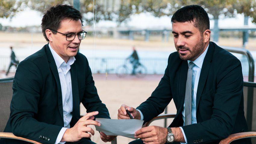 Die SPD-Landtagsabgeordneten Alexander Vogt (l.) und Serdar Yüksel bieten eine gemeinsame Bürgersprechstunde an.