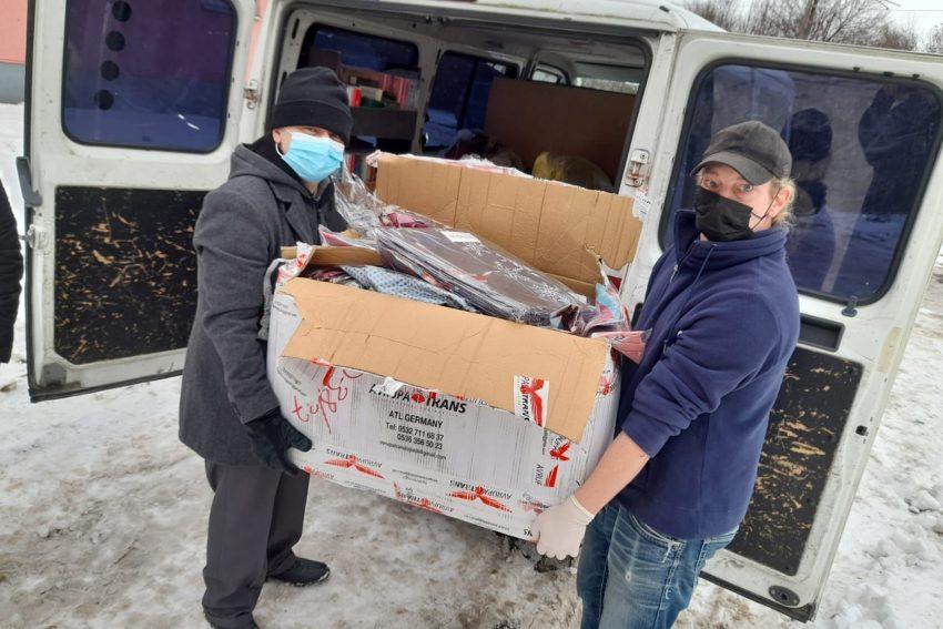 v.l. Tuncay Nazik (Islamische Gemeinde) und Kai (Suppenküche) laden den Transporten mit Hilfsmitteln aus.