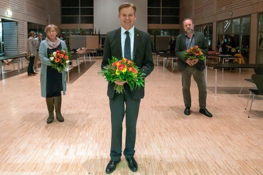 Zweite Amtszeit für Mathias Grunert (SPD). Stellvertreter wurden Angelika Groß (CDU) (links) und Klaus-Dieter Gülck (Grüne) (rechts)gewählt.