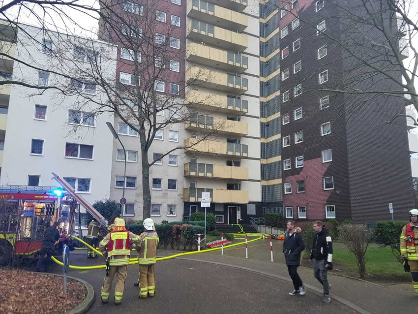 Kellerbrand in einem Hochhaus am Scharpwinkelring 14 in Herne (NW), am Mitwwoch (15.01.2020). Das 14-stöckige Gebäude wurde evakuiert, die Feuerwehr war mit einem Großaufgebot im Einsatz.Foto: Daniel Knopp