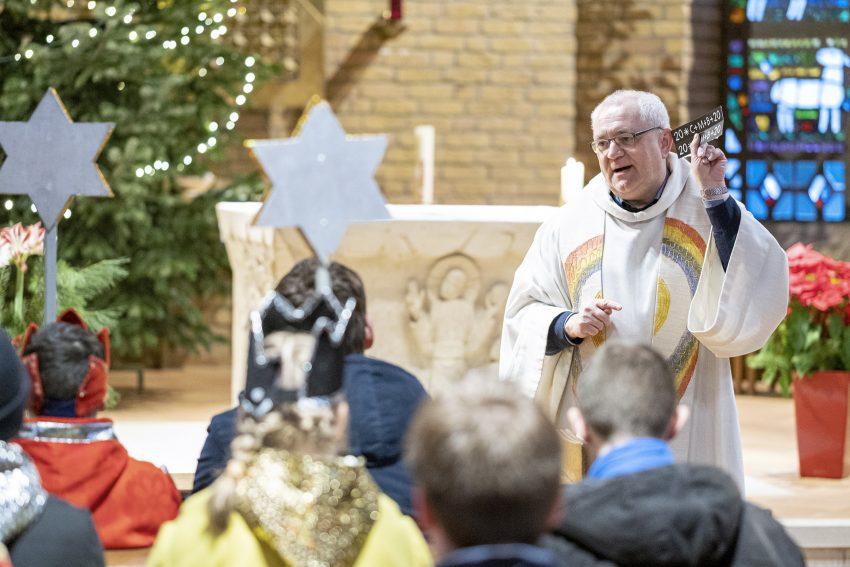 Aussendegottesdienst mit Pfarrer Georg Birwer für die Sternsinger der katholischen Kirchengemeinde St. Joseph in Herne-Horsthausen, am Montag (06.01.2020).