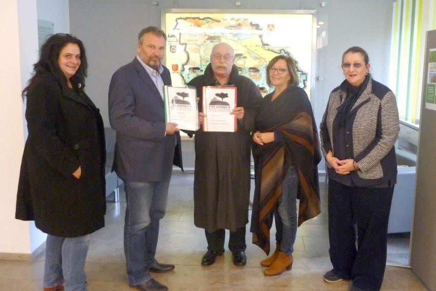 Mitglieder der BI 'Uns stinkts' übergeben weitere Einwendungen gegen die geplante Erweiterung der ZDE-