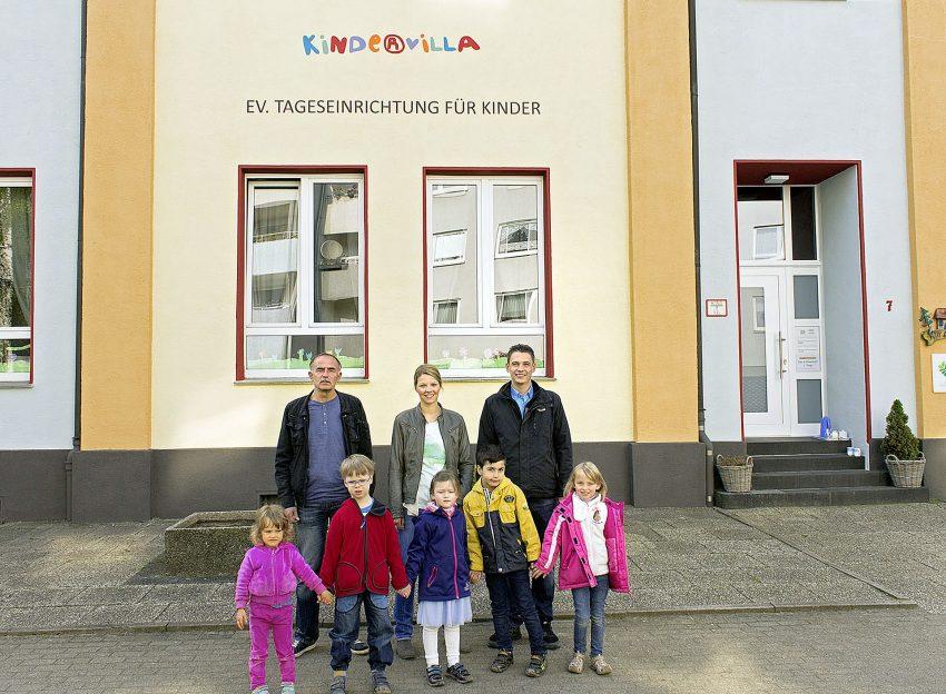 v.l. Detlef Pasdziorek (Gebäudemanagement Kirchenkreis), Lena-Marie Mühsen (Leiterin der Kindervilla), Timo Fischer (Prokurist Fischer Malerbetrieb) und Kinder der Kindervilla.