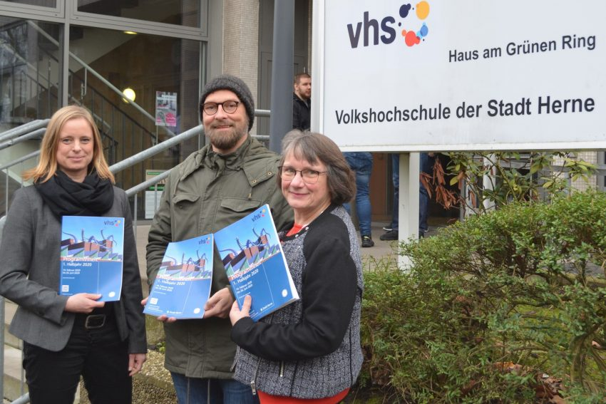 Das neue Programmhaft der VHS stellen vor: Inga Mühlenbrock, Sven Becker und Elisabeth Schlüter.