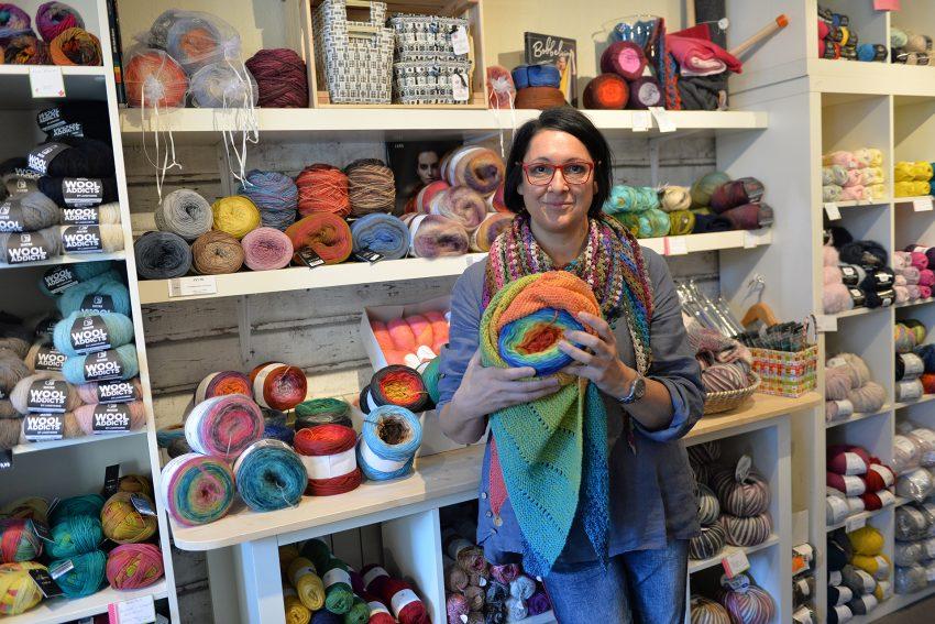 Danijela Semmler in ihrem Wollladen Nr. 5 an der Viktor-Reuter-Straße 9.