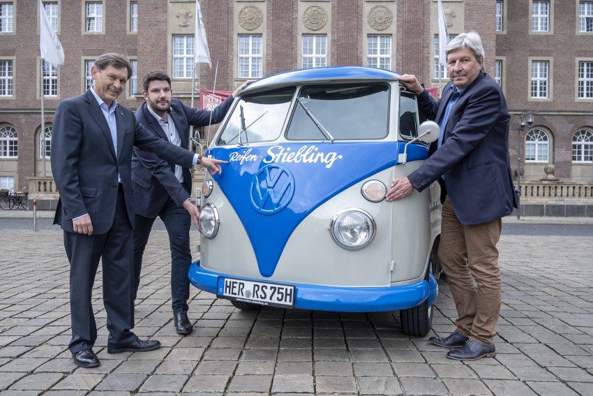 Vorstellung eines restaurierten VW Bus T1 von Reifen Stiebling in Herne (NW), am Donnerstag (09.05.2019) auf dem Rathausvorplatz. Im Bild (v-l): Oberbürgermeister Dr. Frank Dudda, Alexander Stiebling und Christian Stiebling.