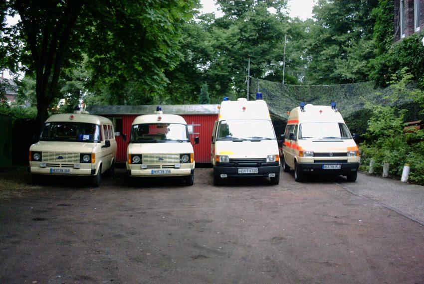 Die DRK-Einsatzfahrzeuge auf der Cranger Kirmes 2001.