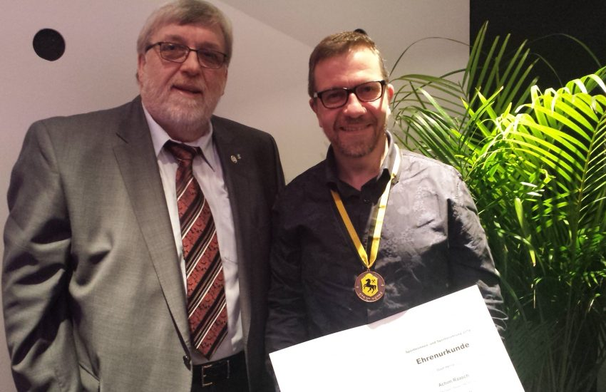 v.l. Erich Leichner (1. Vorsitzender) und Achim Raasch bei der Sportgala 2019. Dort wurde Raasch für sein langjähriges Engagement für den SV Zeppelin die Sonderplakette der Stadt Herne überreicht.