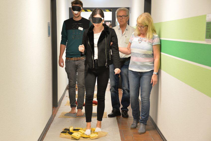 Azubi-Inklusions-Tag 2019: Burkhard und Monika Ladewig führen Johannes und Paulina über den Sinnes-Parcours.
