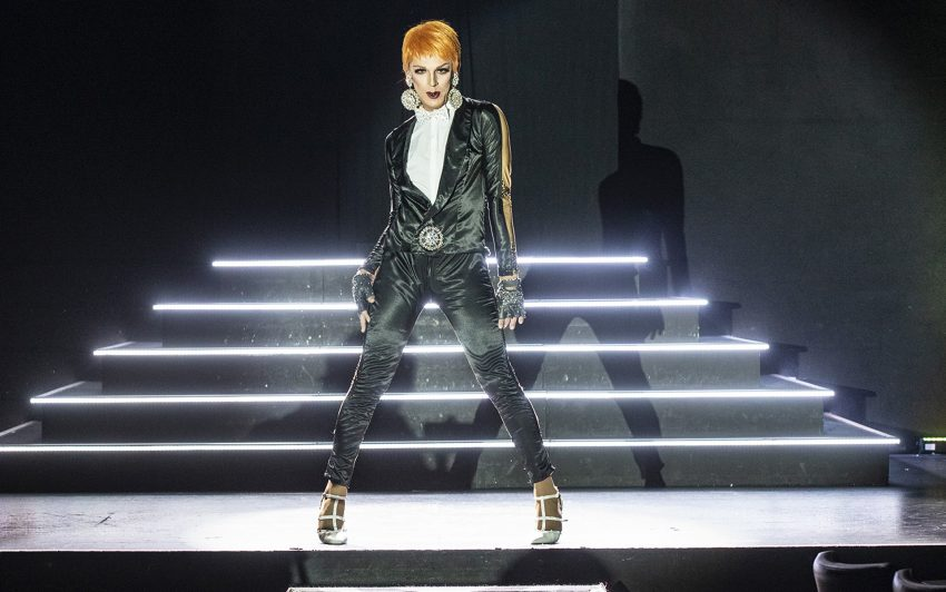 Travestie-Künstlerin Michelle verwandelt sich bei 'Die Revue lebt – Ein Travestie-Winterspecial' in Annie Lennox.