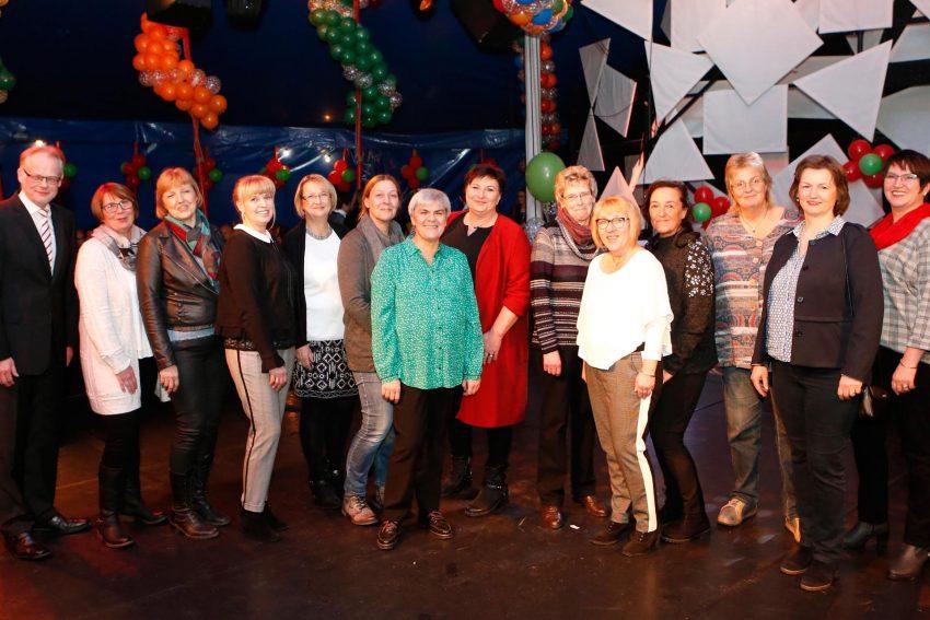 Geschäftsführer Theo Freitag mit 13 Mitarbeiterinnen, die über 35 Jahre in der St. Elisabeth Gruppe tätig sind.
