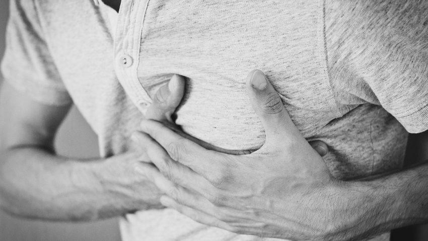 Schmerzen in der Brust.