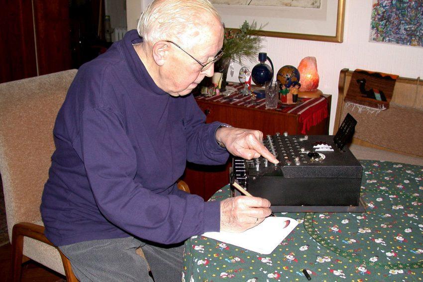 Kurz vor seinem Tod im Jahr 2006: Gisbert Hasenjaeger noch einmal bei der Arbeit an einer Enigma.