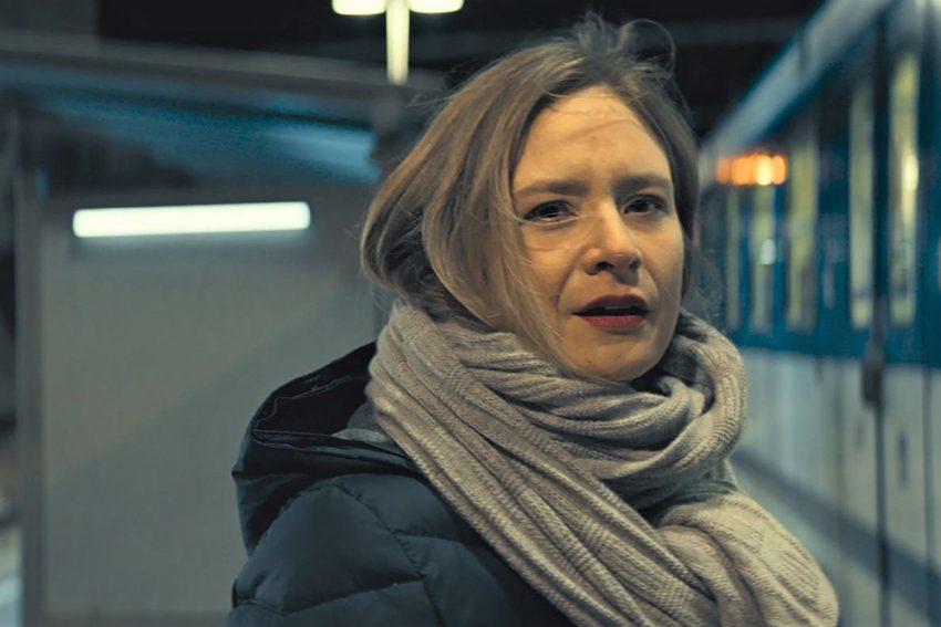 Helene (Julia Jentsch) wartet im Bahnhof von Plank am Kamp auf ihren Ex-Lover Pavel aus Moskau.