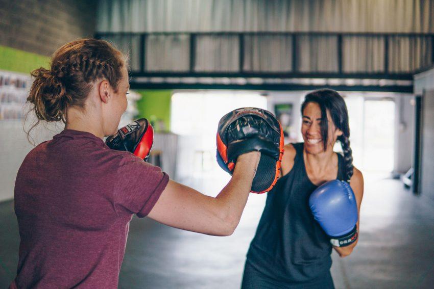 Mädchen im Boxring.