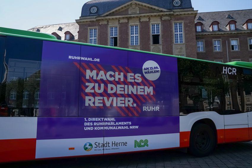 """HCR-Bus mit dem Slogan """"Mach es zu deinem Revier."""" dem Motto der ersten Direktwahl zum Ruhrparlament."""