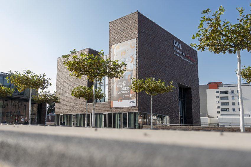 Das Westffälische Museum für Archäologie des Landschaftsverbands Westfalen-Lippe (LWL) am Europaplatz in Herne (NW), am Dienstag (22.09.2020). An diesem Tag wurde an der Fassade ein Transparent mit der neuen Werbung für das Museum angebracht.