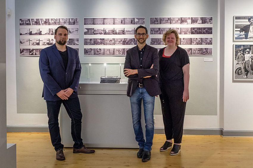 v.r. Dr. Sabine Brenner-Wilczek, Leiterin des Heinrich-Heine-Instituts, sowie die beiden Kuratoren Jan von Holtum und Martin Willems