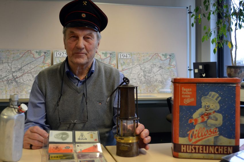 Hartmut Stockhorst mit einigen seiner Sammlungsstücke.