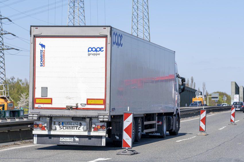 Hauptprüfung der Brücke der A43 über den Rhein-Herne-Kanal in Herne (NW), am Montag (26.04.2021). Sie wurde aufgrund der Schäden vorgezogen. Zudem werden an der Brücke Sensoren für die Belastungsprobe installiert, die voraussichtlich Mitte Mai stattfinden wird und Aufschluss darüber geben soll, welche Fahrzeuge vor dem Neubau die alte Brücke noch befahren dürfen. Die Autobahnbrücke ist durch den zunehmenden Schwerlastverkehr beschädigt worden und seit zwei Wochen für Kraftfahrzeuge über 3,5 Tonnen gesperrt. Im Bild: trotz der Sperrung fahren täglich LKW über die Brücke.