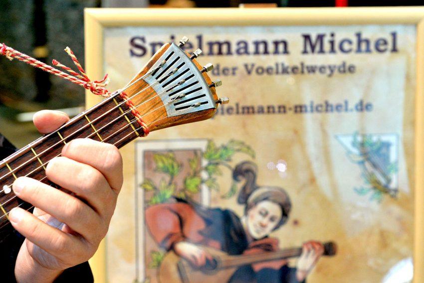 Der Musikus Spielmann Michel - alias Michael Völkel - war am Sonntag (4.7.2021) der Überraschungsgast für die Besucher im Archäologie-Museum.