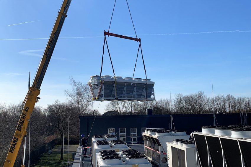 2,5 Tonnen am Haken: Am Rechenzentrum der Stadtwerke Herne wurden jetzt die Freikühler für die letzte Ausbaustufe angeliefert.