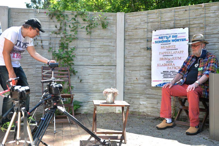 Schöne Wörter tummeln sich im Garten. Kameramann Jörg Roßmannek und Jörg Höhfeld als Schorsch aus Baukau.