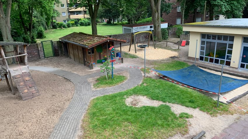Der Spielplatz der Kita St. Franziskus ist mit Flatterband in zwei Hälften unterteilt.