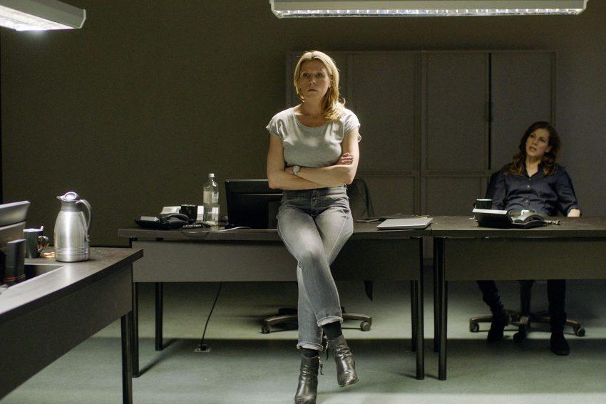 Ist Neu-Hauptkommissarin Julia Grosz (Franziska Weisz) der Verantwortung gewachsen? Im Hintergrund Kriminaldirektorin Reetz (Judith Rosmair).