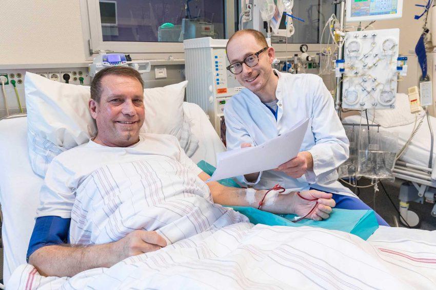 Dr. Felix Seibert (r.), Oberarzt der Medizinischen Klinik I, bespricht mit René Krause die aktuellen Untersuchungsergebnisse.