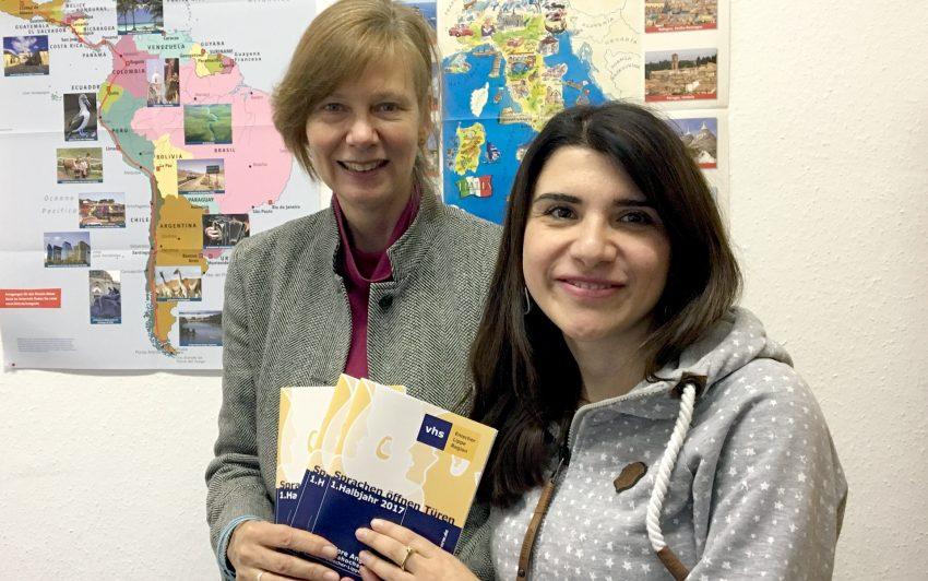 Monika Remlinger (links) und Natella Schüpp präsentieren die Broschüre mit Besonderheiten des neuen Sprachangebots der Volkshochschulen in der Region - ab sofort erhältlich in den beiden Häusern der VHS im Kulturzentrum und in der Wilhelmstraße in Wanne.