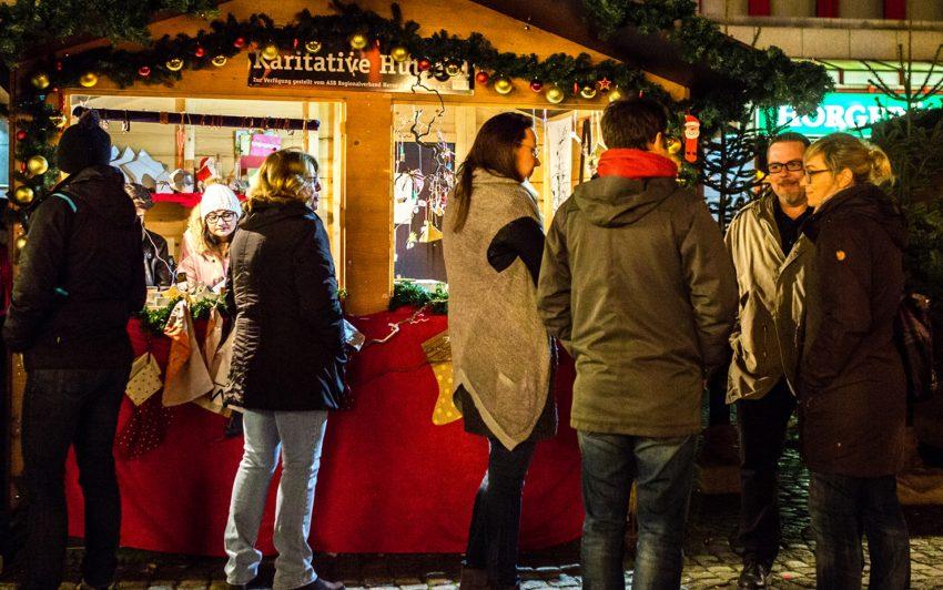 Karitative Hütte auf dem Weihnachtsmarkt.