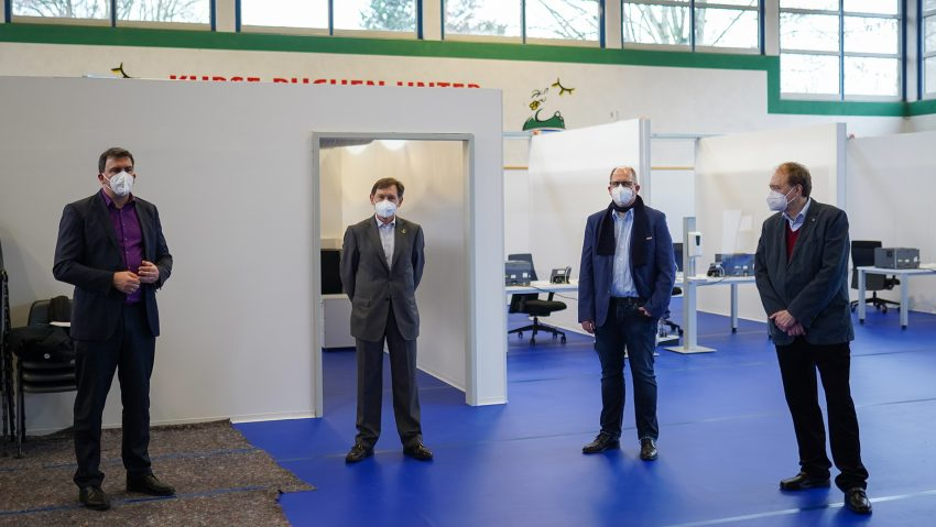 Das Impfzentrum in der Sporthalle am Gysenberg wurde vorgestellt, im Bild (v.li.) Dr. Martin Krause vom DRK, Dr. Frank Dudda, Johannes Chudziak, Leiter Dr. Heinz-Johann Struckhoff.