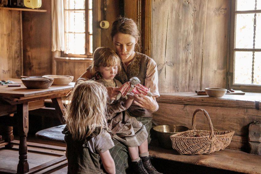 Fani (Valerie Pachner) mit ihren Töchtern Rosi (Valerie Pachner) und Maridl (Maria Weger).