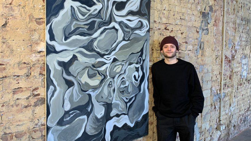 Maler und Künstler Tim Thomczyk mit Werken in der neuen Ausstellung Sichtbar / Nahbar im Alten Wartesaal im Herner Bahnhof.