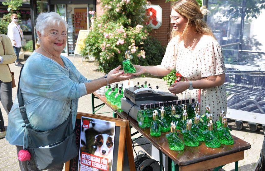 Die Röhlinghauserin Ingeborg Dudler kauft für ihren Enkel und unterstützt damit das Tierheim. Tierische Sonderedition mit Likören der Alten Drogerie Meinken zugunsten des Tierheims Herne Wanne.