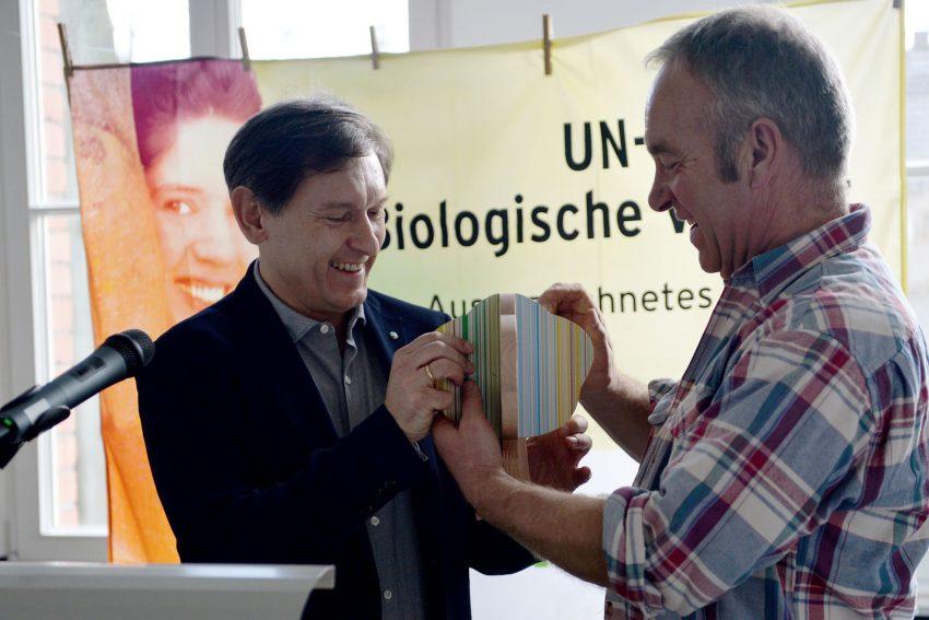 Der Ökogarten der Herner Tierschutzjugend e.V. erhält Auszeichnung als offizielles Projekt der UN-Dekade Biologische Vielfalt - überreicht am 15. Februar 2020 von Oberbürgermeister Dr. Frank Dudda im Bild mit Frank Freisewinkel (Vorsitzender).