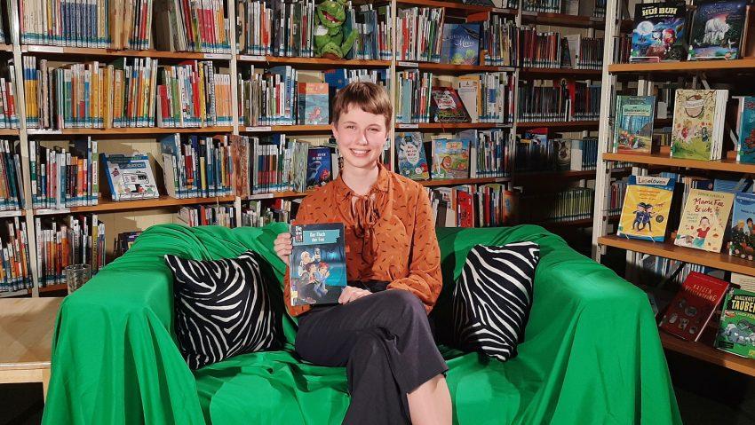 Annika Hilgers mit dem Buch
