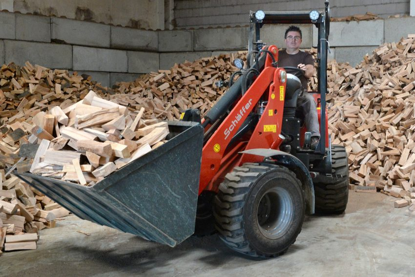 Dirk Eichhorn in seinem neuen Hoflader. Holzhandel Eichhorn an der Werder Straße liefert seit 15 Jahren luft- und kammergetrocknetes Qualitätsholz. Dirk Eichhorn in seinem neuen Hoflader. Juni 2021