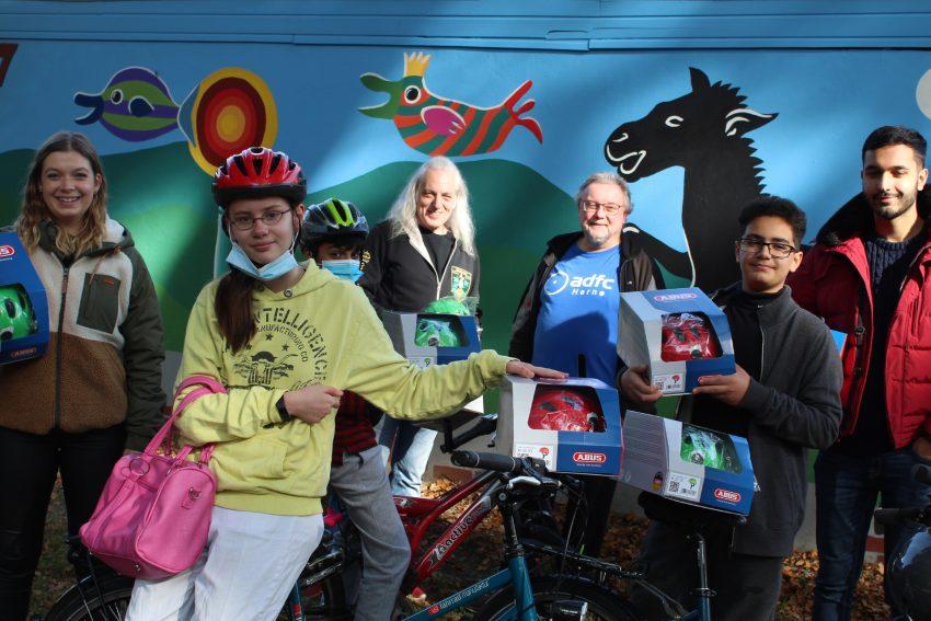 Übergabe der ersten Fahrradhelme an Kinder des Hot-Juengerbistro.