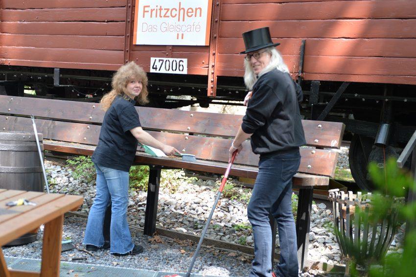 Fritz das Gleiscafé am Heimatmuseum. Sandra Apostel-Schröder und Horst Schröder bereiten alles für einen Neustart vor.