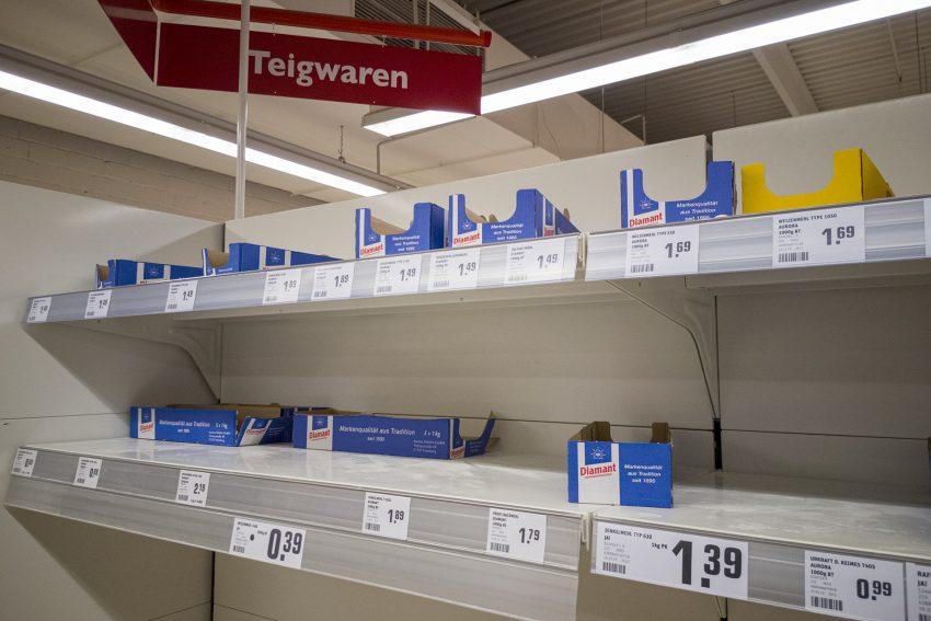 Leere Mehl-Regale beim Einkaufsmarkt Toom in Herne (NW), am Samstagabend (29.02.2020).