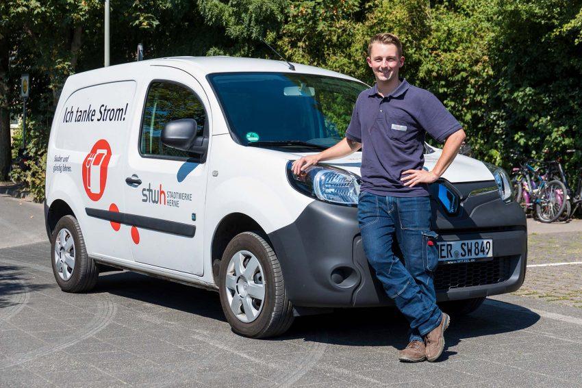 Marco Kempe, bei den Stadtwerken für die Bädertechnik zuständig, ist schon länger mit einem Elektro-Kangoo umweltfreundlich unterwegs.