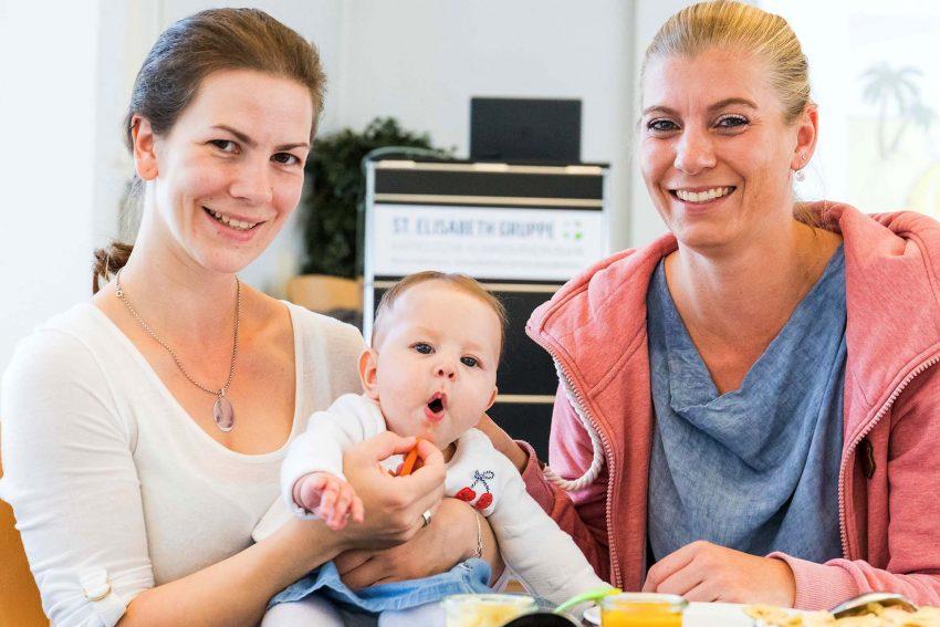 Elisabeth-Gruppe!! Still- und Laktationsberaterin Kirsten Urbaniak (r.) zu Bei- und Greifkost.
