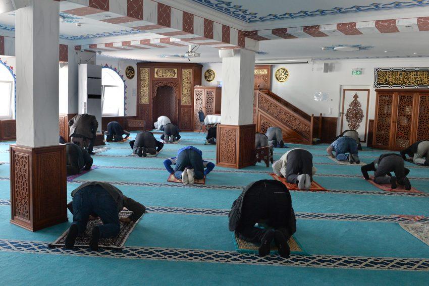 Die Ditib Moschee an der Mont-Cenis-Straße 15 während des Mittagsgebet zu Ramadan. 28.4.2021