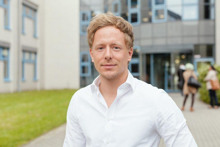 """Matthias Becker ist wissenschaftlicher Mitarbeiter im Projekt und entwickelt eine Blutspende-App die an """"AutoPiLoT"""" gekoppelt ist."""