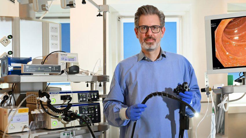 Chefarzt Dr. Jens Verbeek mit dem Spiral-Endoskop.