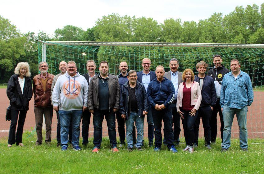 Die SPD-Fraktion auf dem Sportplatz.